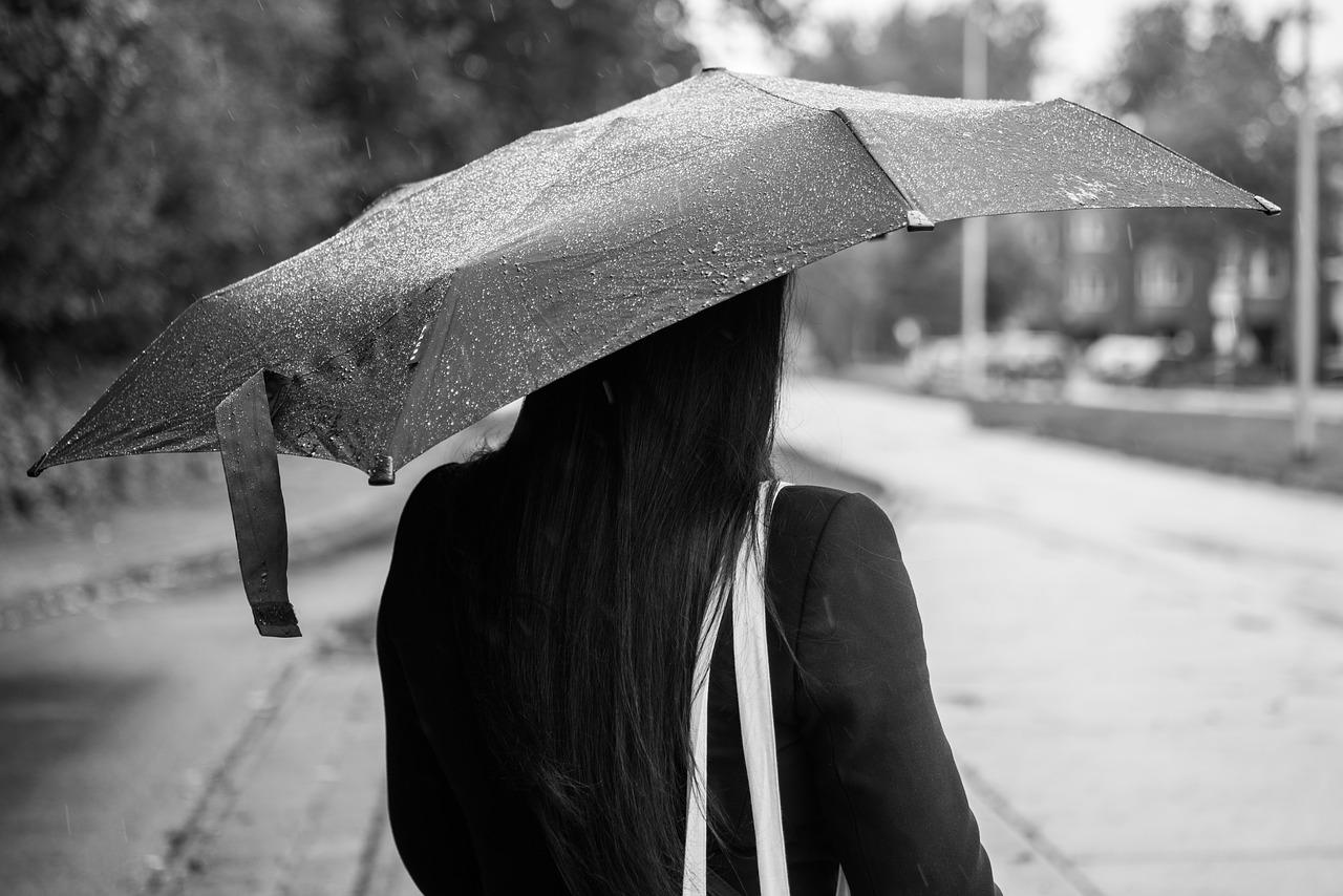 雨の日にはくせ毛で頭が爆発…ウィッグならそんなことないの?