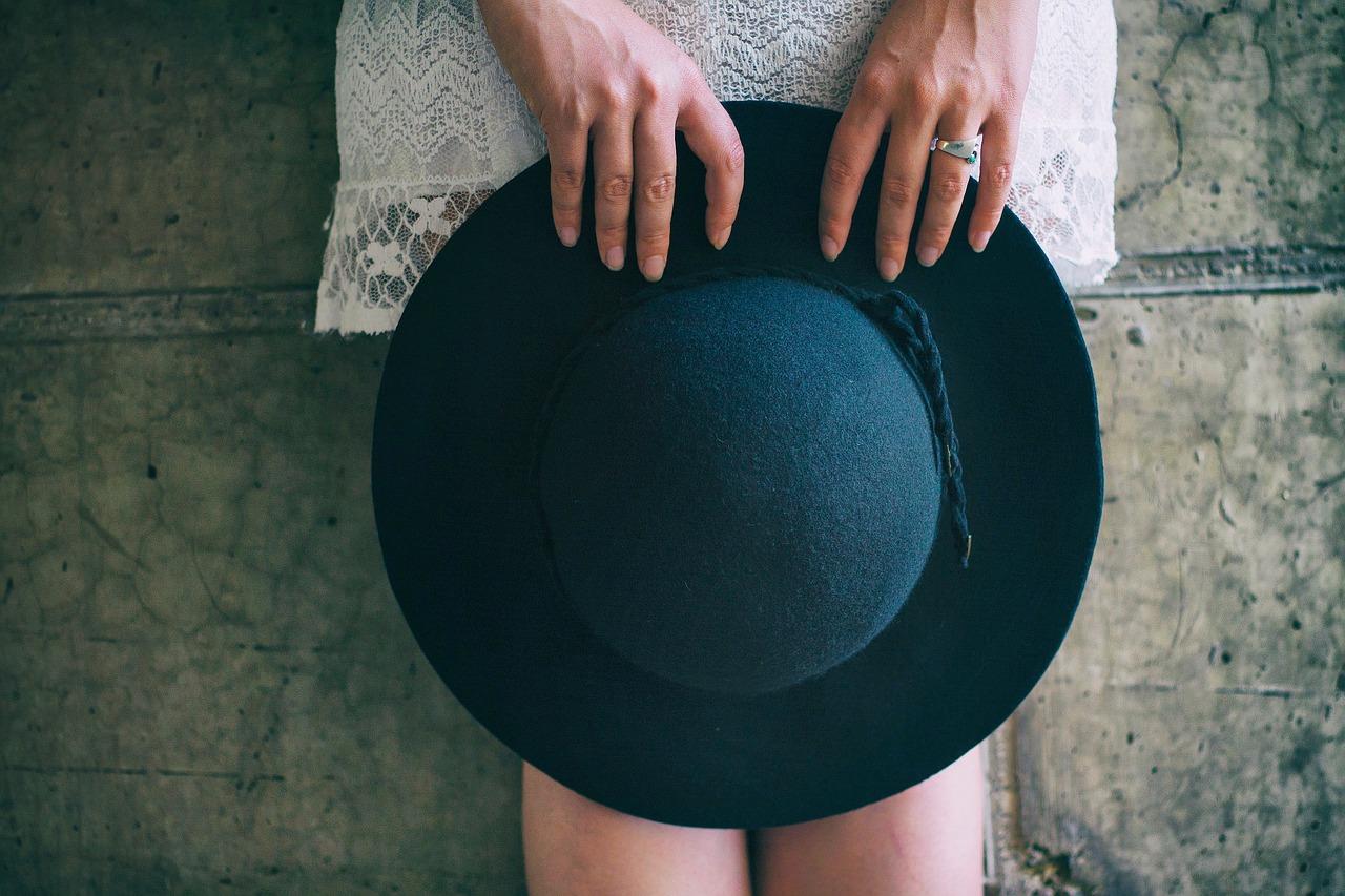 ちょっとしたお出かけに便利!帽子付きウィッグって知っていますか?