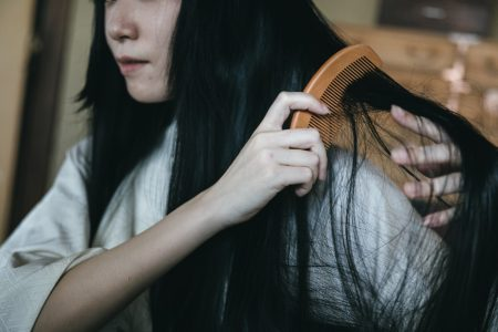 20代女性の抜け毛の原因を知ってウィッグを上手く活用しよう