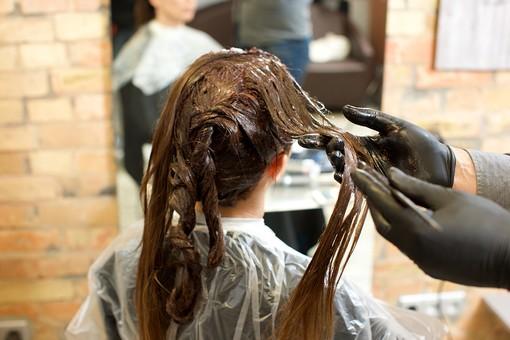 若白髪には高頻度なヘアカラーより髪と頭皮に優しいウィッグがおすすめ
